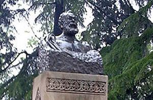 Akaki_Tsereteli_statue