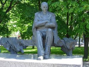 Statue_of_Anton_Hansen_Tammsaare,_Tallinn